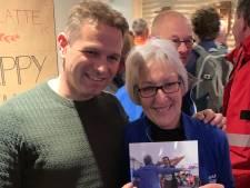 Geëmotioneerde Lenie Lievense neemt Kustmarathonboek ''t komt al ghoed' in ontvangst