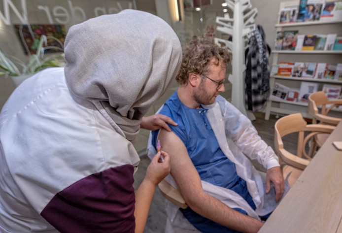 In de zorg is een gratis griepprik voor personeel heel gebruikelijk; gisteren konden medewerkers van het St. Antonius Ziekenhuis in Woerden zich laten vaccineren.