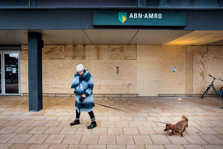 De geldautomaat van ABN-Amro in de Wendelaarstraat is 20 november opgeblazen de winkels er naast zijn ook zwaar beschadigd en momenteel dicht getimmerd.  Beeld Arie Kievit