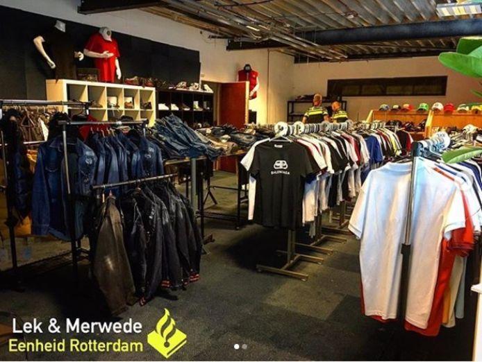 In het bedrijfspand troffen agenten honderden shirtjes en tientallen jassen, broeken, schoenen en tassen aan die klaarlagen voor verkoop.