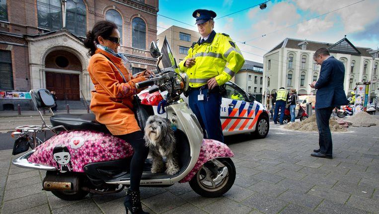 De wethouder wil per 2018 geen scooters ouder dan 2011 in de stad. Beeld Klaas Fopma