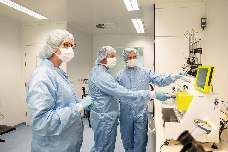 Coba van Zanten, hoofd biotech, Tom van Meerten, internist hematoloog en Edwin Bremer, hoofd processing utility. Beeld Harry Cock / De Volkskrant