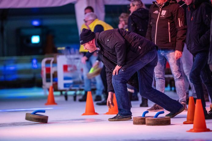 Curling is één van de favoriete wintersporten in Duiven. De ijsbaan trok mede vanwege dit spelletje weer meer bezoekers.