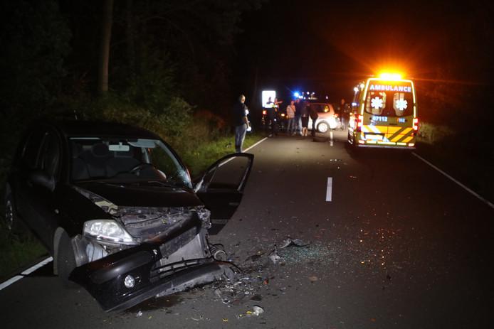 Een van de zwaar beschadigde auto's op de Edeseweg in Wekerom.