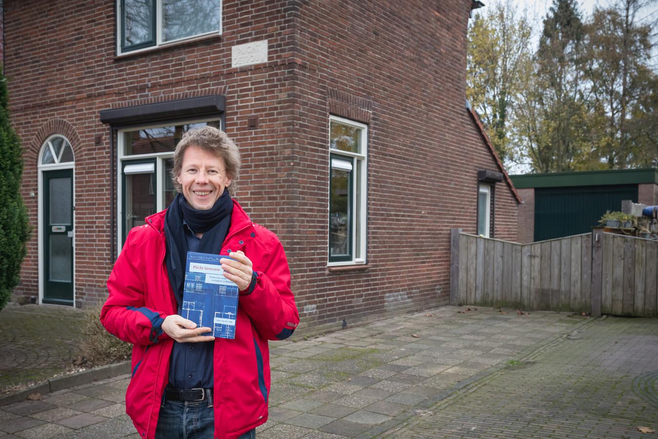 """Arno van der Valk met zijn boek over Plicht Getrouw. ,,Dat eigenzinnige vind ik wel charmant."""""""