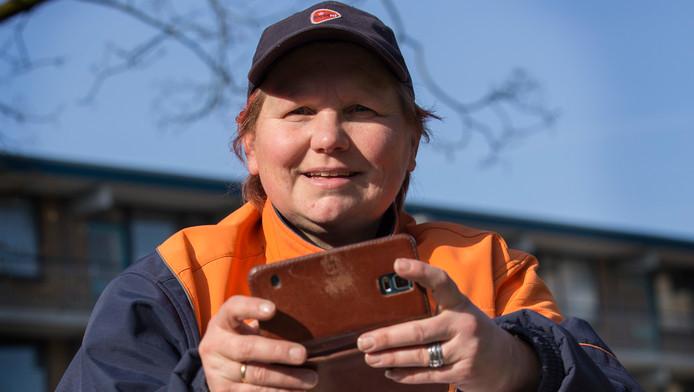 Postbezorger Sandra Vonk fotografeerde enkele maanden lang onkruid tijdens of voor haar rondje.