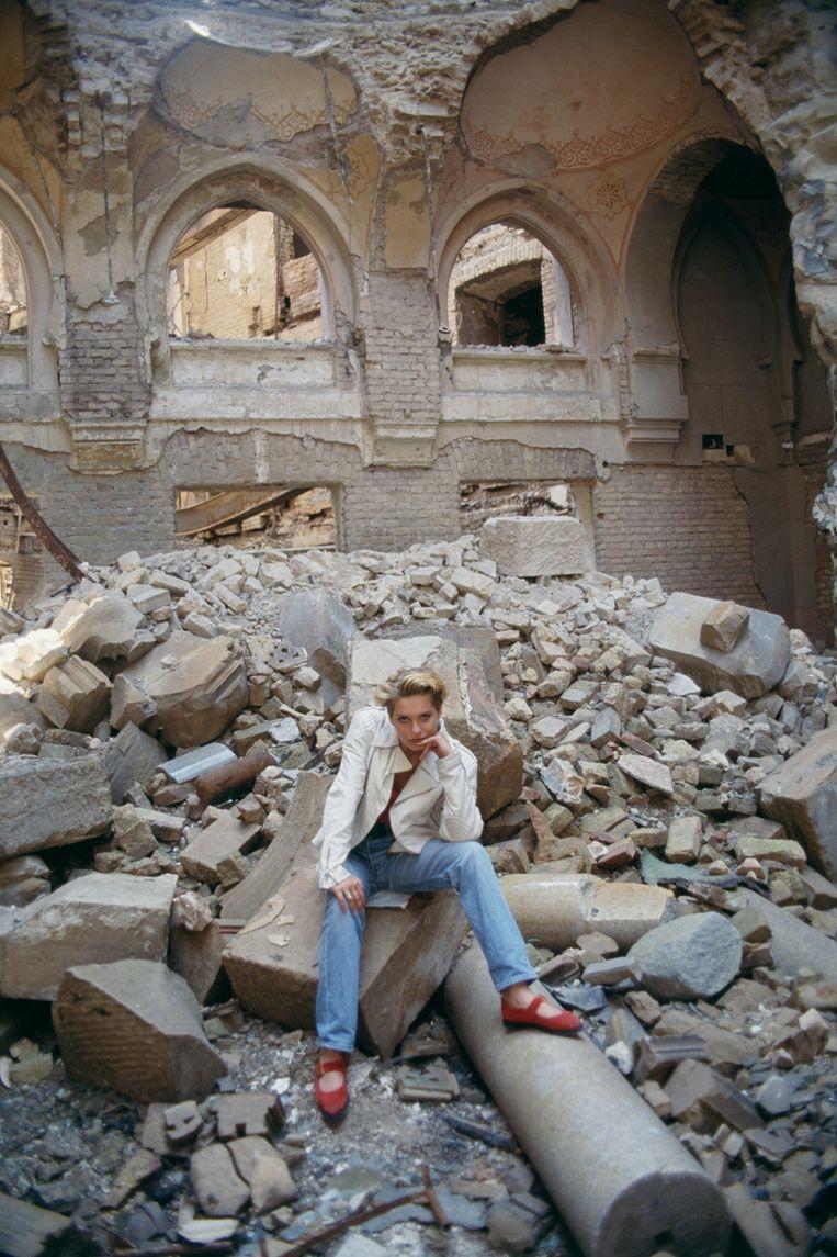 Miss Sarajevo tussen de puinhopen van het oorlogsgeweld. Beeld Patrick Robert / Getty