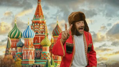 """""""Dva vodka spasiba"""": Tom Waes zingt 'Dos cervezas' in het Russisch voor WK"""