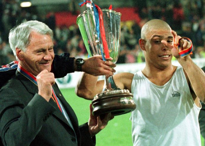 Bobby Robson (links) en Ronaldo na de gewonnen Europa Cup II finale in 1997.