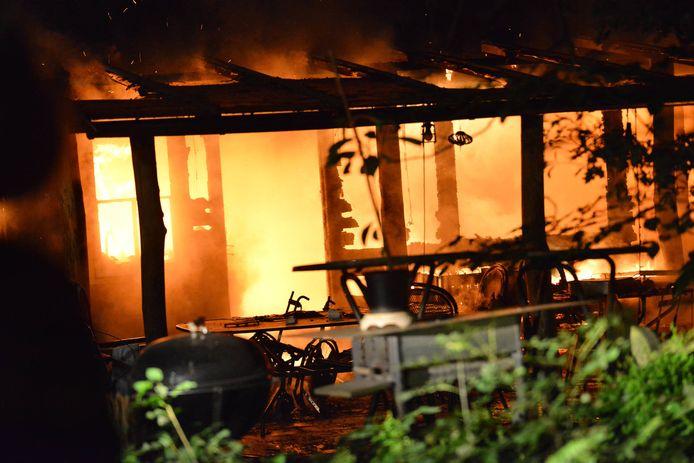 De vlammen sloegen metershoog uit het dak.
