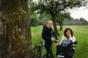 Dankzij Ivon Vrolijk (r) is de grootste fruitbomencollectie van Europa in kaart gebracht.