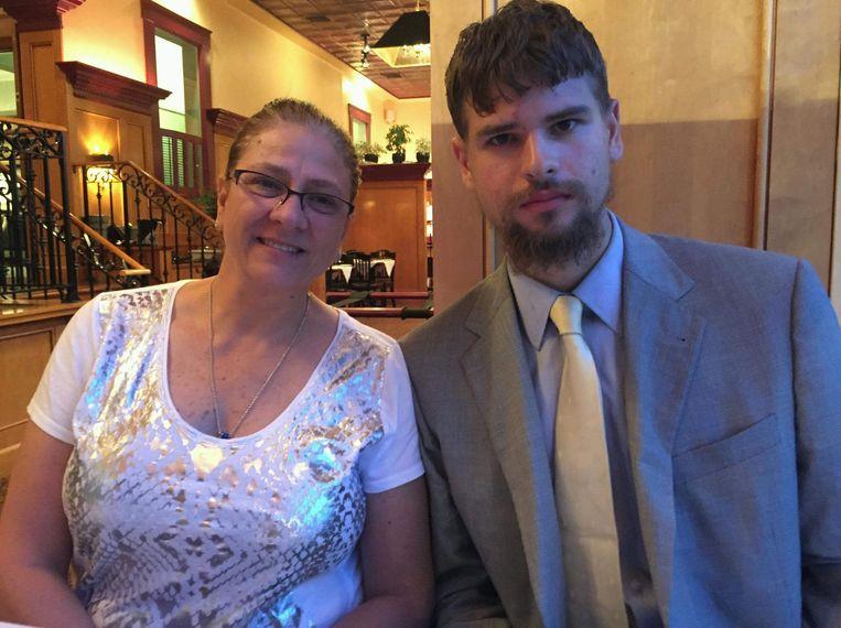 Nathan met zijn moeder Linda.