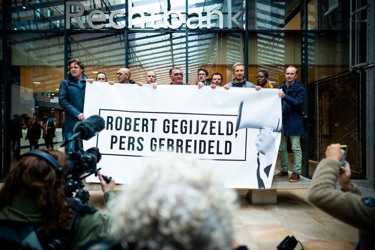 Journalisten demonstreren bij de rechtbank tegen de gijzeling van NOS-verslaggever Robert Bas. Beeld Volkskrant / Freek van den Bergh
