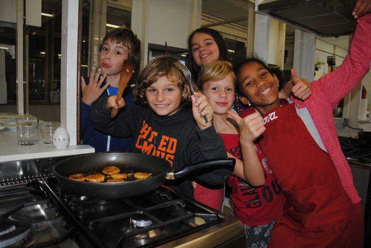 De kookworkshop worden duidelijk gesmaakt door de kids.
