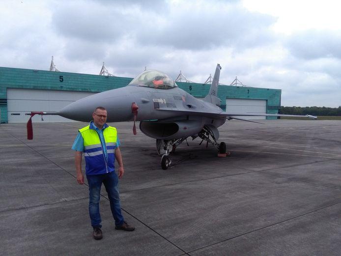 Rijenaar Freek Tolsma bij een F-16 tijdens een open dag op vliegbasis Gilze-Rijen. Hij begrijpt niet dat mensen klagen over geluid van vliegtuigen en helikopters.