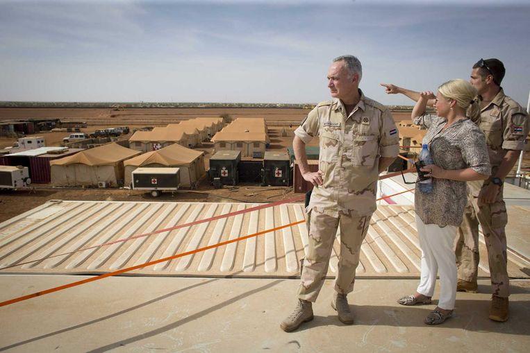 Minister van Defensie Jeanine Hennis-Plasschaart en Commandant der Strijdkrachten Tom Middendorp tijdens hun bezoek aan de VN-basis in Gao in Mali. Beeld anp