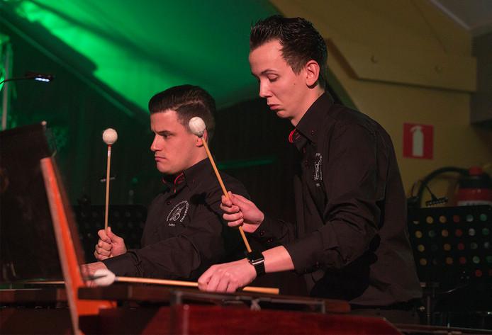 Percussionisten van de Volharding Beek in actie.