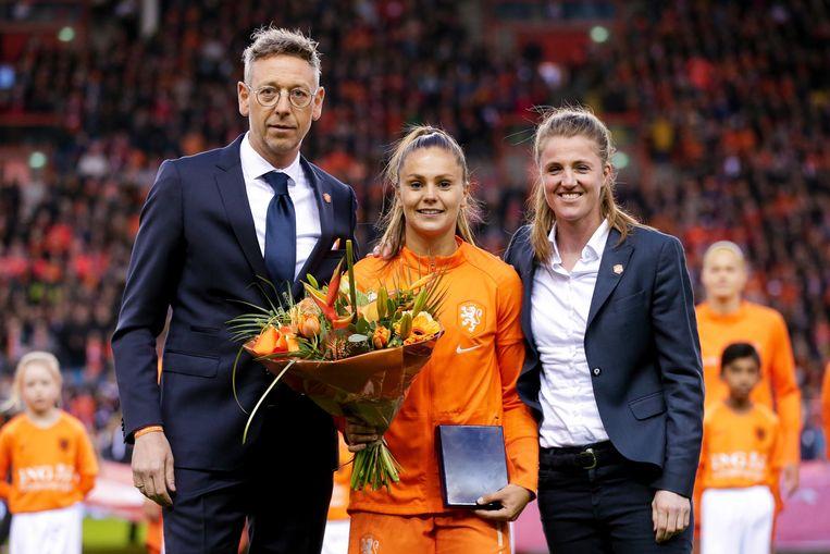 Oranjespeler Lieke Martens (midden) met Kirsten van de Ven (rechts) van de KNVB bij Nederland-Mexico.  Beeld BSR Agency