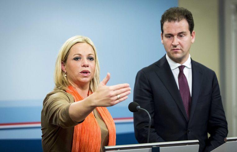Minister Hennis van Defensie en vicepremier Asscher kondigen aan dat Nederlandse F-16's gaan meevechten tegen IS in Irak. Beeld epa