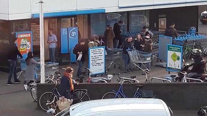 Veel winkelend publiek bij de Albert Heijn op de Daalseweg in Nijmegen.
