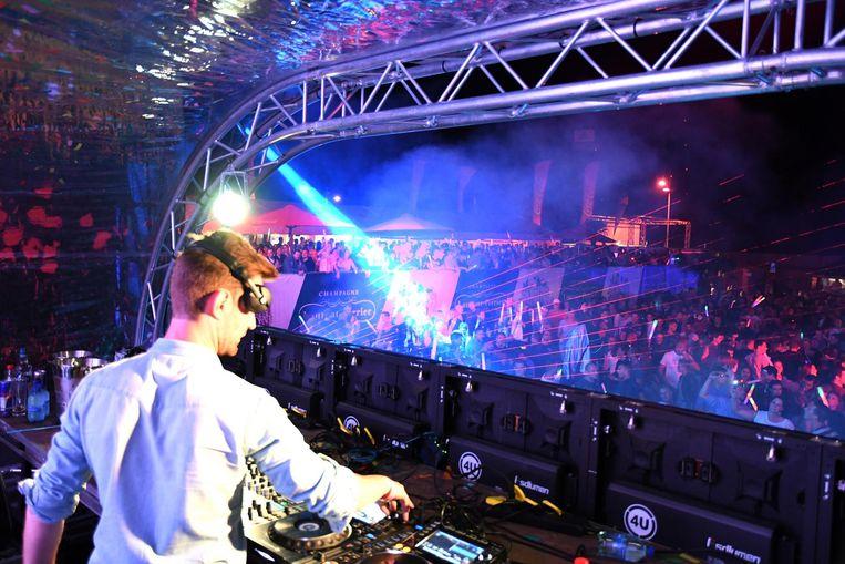 Een dj hitst het publiek op tijdens Supervision.
