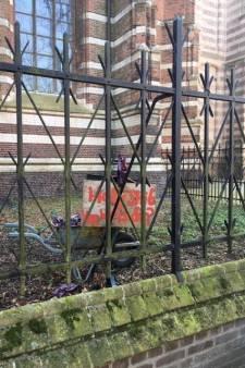 'Holy Shit' in tuin bij basiliek van Oirschot