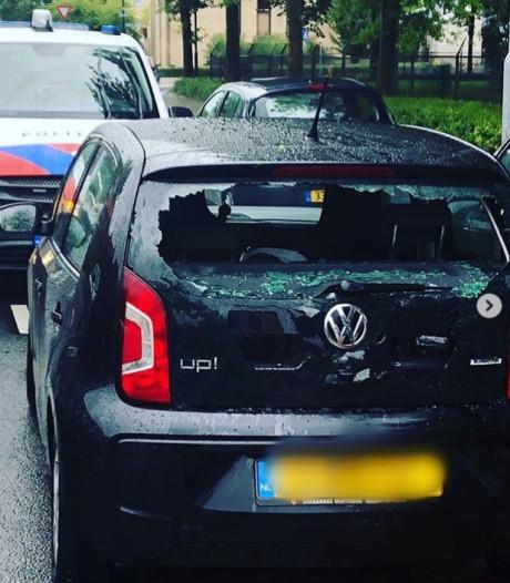 Fietser (15) knalt achterop stilstaande auto tijdens hevige regenbui