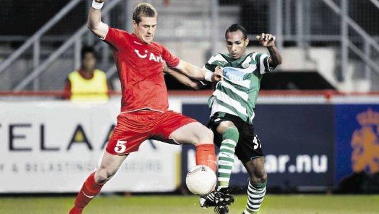 Rajkovic van FC Twente zet Sporting-aanvaller Liedson de voet dwars. (FOTO VINCENT JANNINK, ANP) Beeld
