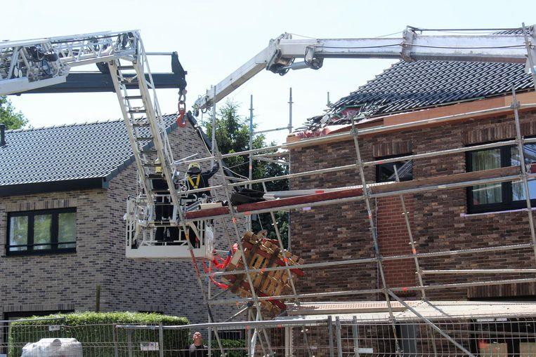 De kraan plofte ook op het pas gerenoveerde dak.