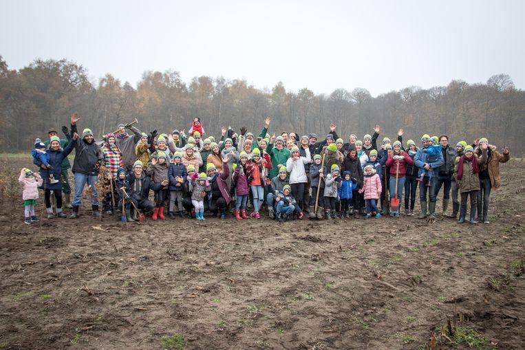 De werknemers van beMatrix en de vrijwilligers van Natuurpunt in natuurdomein Ganzeveld.