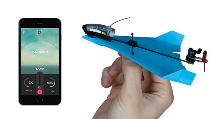 Het papieren vliegtuigje wordt bestuurd via een app.