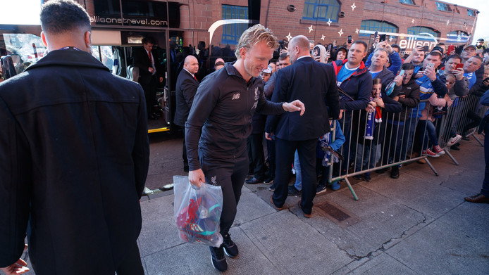 Kuyt komt aan bij het Ibrox-stadion in Glasgow.