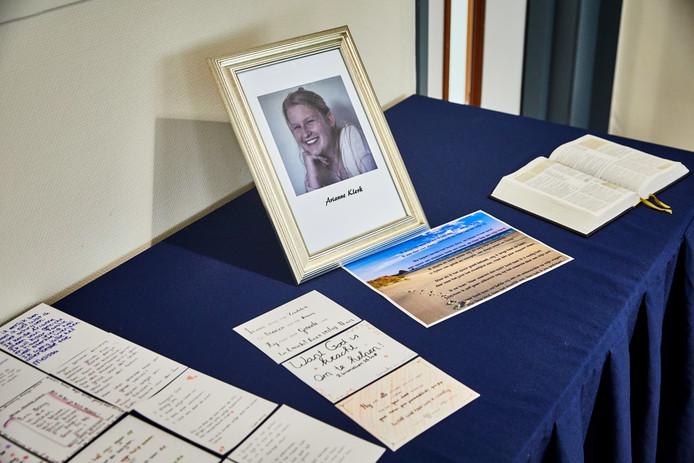 In het restaurant van de school is een tafel neergezet met daarop een foto van Arianne en een Bijbel.