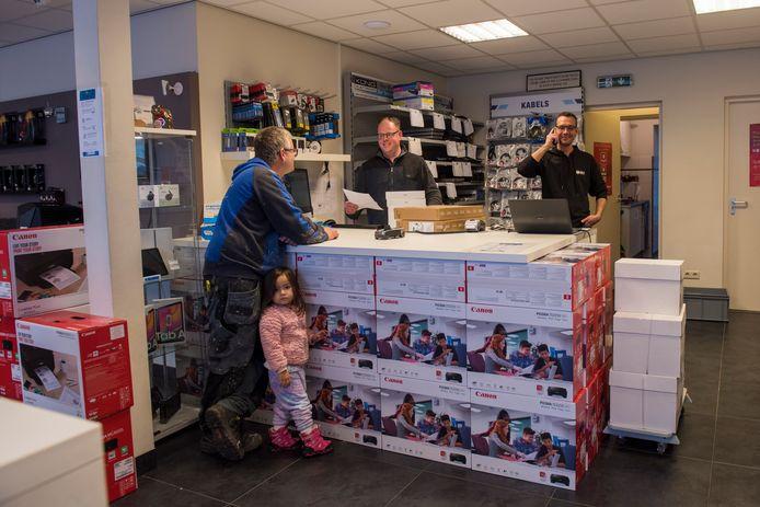 Rens Feijen (l) en Bob van Bussel  achter de toonbank van PC Discounter.