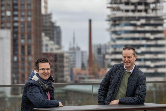 Rob Verhappen (rechts) en Daniël Moenis van warmteleverancier Ennatuurlijk op het dak van gebouw TQ op Strijp-T in Eindhoven. Daar is het hoofdkantoor gevestigd.