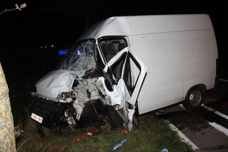De bestelwagen van de veroordeelde chauffeur. Die negeerde een witte doorlopende lijn én voerde in een bocht een gevaarlijk inhaalmanoeuvre uit.