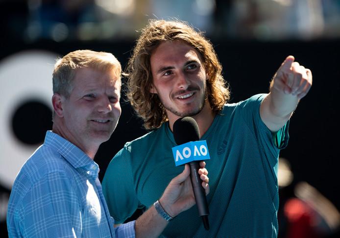 Stefanos Tsitsipas stelt zijn familieleden op de tribune voor aan Jim Courier na zijn overwinning in de kwartfinale.