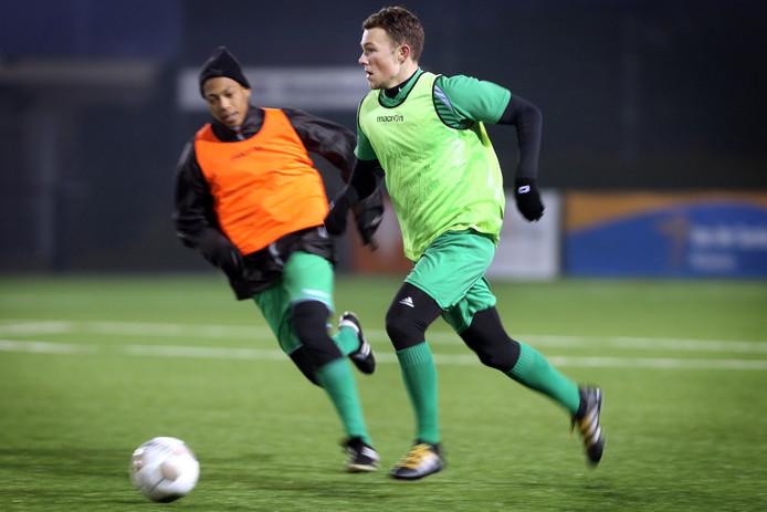 Baronie-verdediger Aart Veldhof tijdens de training aan de bal