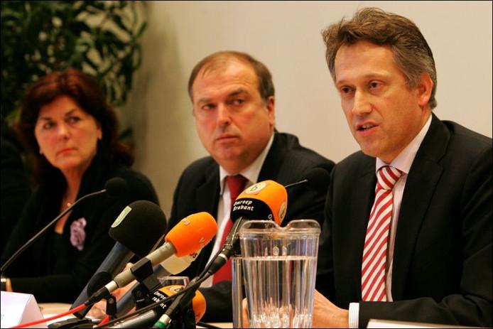 H. Hillenaar (hoofdofficier van justitie, r) beantwoord vragen van de pers. De burgemeesters van Zundert, Poppe-De Looff (links), en Breda, P. van der Velden luisteren mee. Foto Ramon Mangold/het fotoburo.