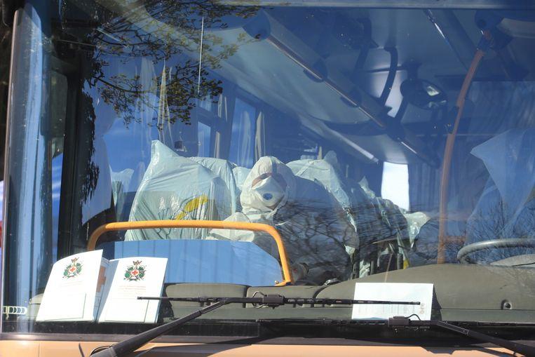 Een Italiaanse bus met Nederlanders die mogelijk besmet zijn met het coronavirus en hulpverleners van het Rode Kruis kwam woensdag aan in Amersfoort. Beeld ANP