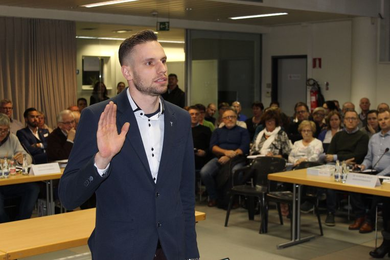 Kevin Roos legt de eed af als gemeenteraadslid.