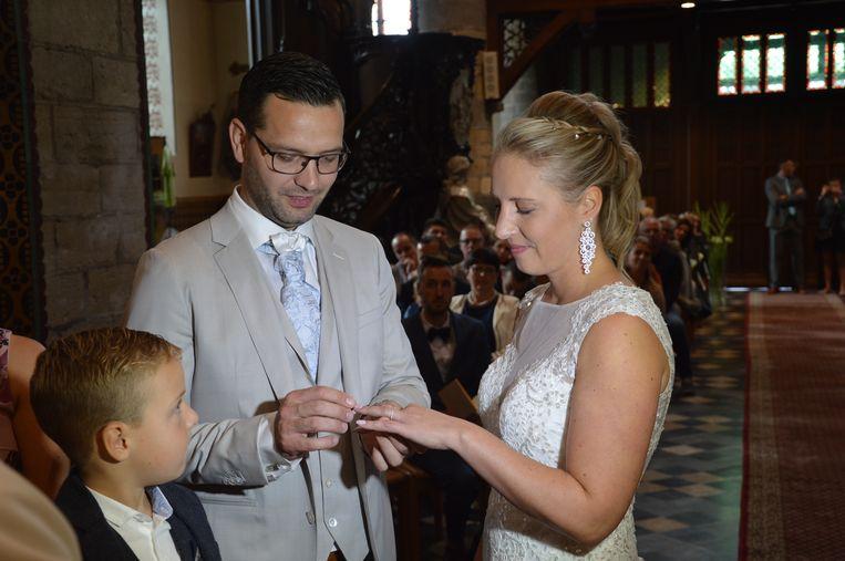 Dubbel huwelijk tweeling Sébastien en Laurent Neufkens. Tanja en Sébastien wisselen ringen uit.