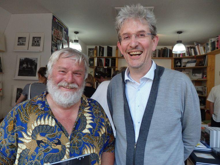 Uitgever Kees de Bakker (l) van uitgeverij Conserve uit Schoorl, en Edie Peters van de PhotoQ Bookshop. 'Ik mag vermoeden, de kleinste boekwinkel van Amsterdam.' En de best verstopte. Beeld Schuim