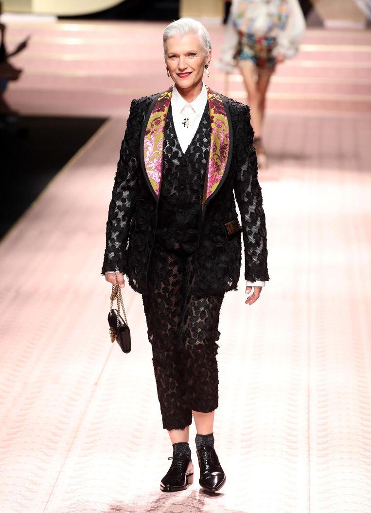 Model Maye Musk draagt een pak in kant.