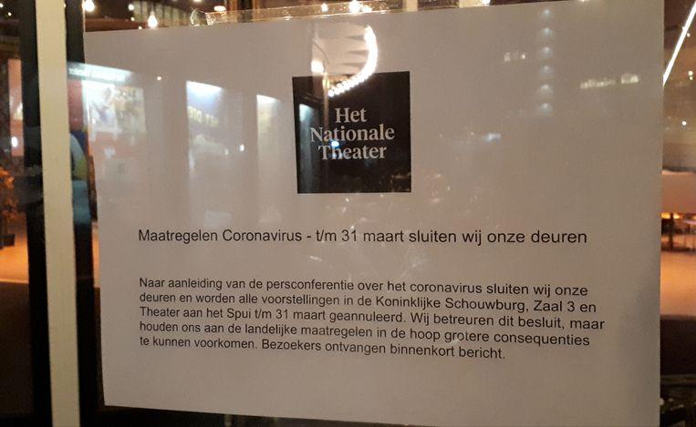 Briefje op de deur van Theater aan het Spui in Den Haag, over de annulering van alle voorstellingen vanwege het coronavirus. Beeld Bart Dirks
