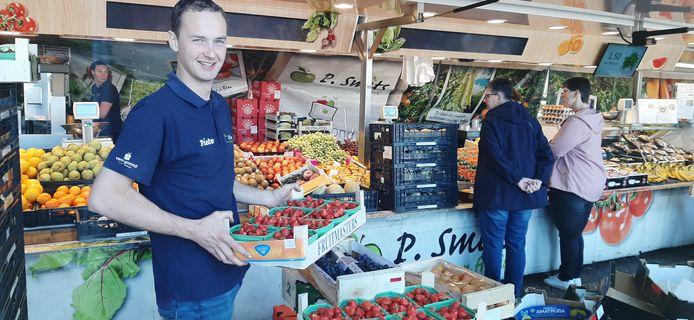 Pieter Smits bij de groenten- en fruitkraam.