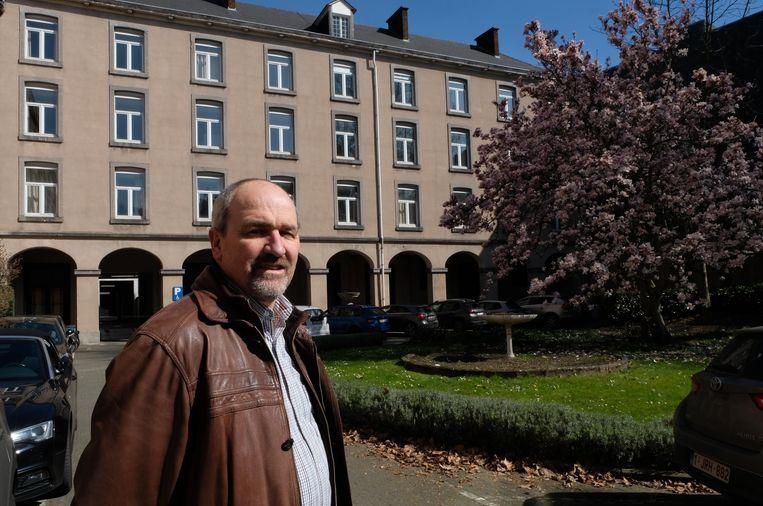 Algemeen directeur René Schroyens in het Diocesaan Pastoraal Centrum, voor het toekomstige gebouw van de derde graad van het Sint-Romboutscollege.