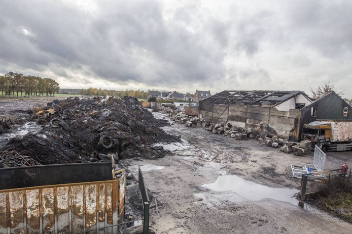 De restanten van de bandenbrand bij recyclingbedrijf Van den Hoogen. foto Ton van de Meulenhof