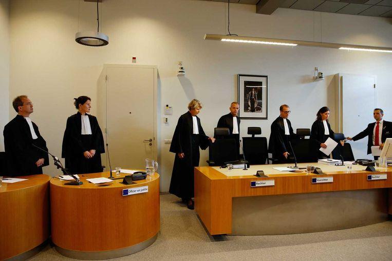 De rechtbank (VLNR) officier van justitie Michael van Leent, Daphne van der Zwan, rechter Godelieve Perrick, voorzitter Alex van Manen, rechter Paul Waarts en de griffier voor aanvang van de pro-formazitting in oktober 2014 bij de rechtbank in Utrecht in de zaak tegen Gerard T., de vermoedelijke Utrechtse serieverkachter. Beeld anp