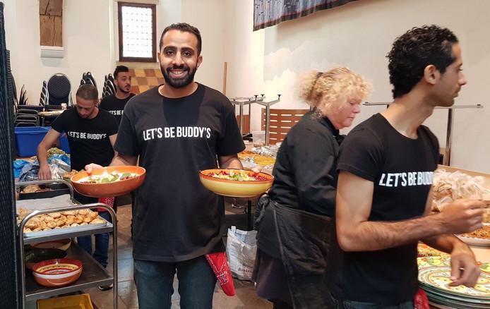 Ali Mohammed al-Showaikh als vrijwillige cateraar in actie in de Burgerzaal in Zutphen bij de viering van vijfentwinting jaar stichting Gilde. In oktober werd de Bahreini overgeplaatst naar het detentiecentrum in Rotterdam.